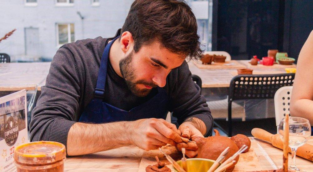парень в гончарной студии