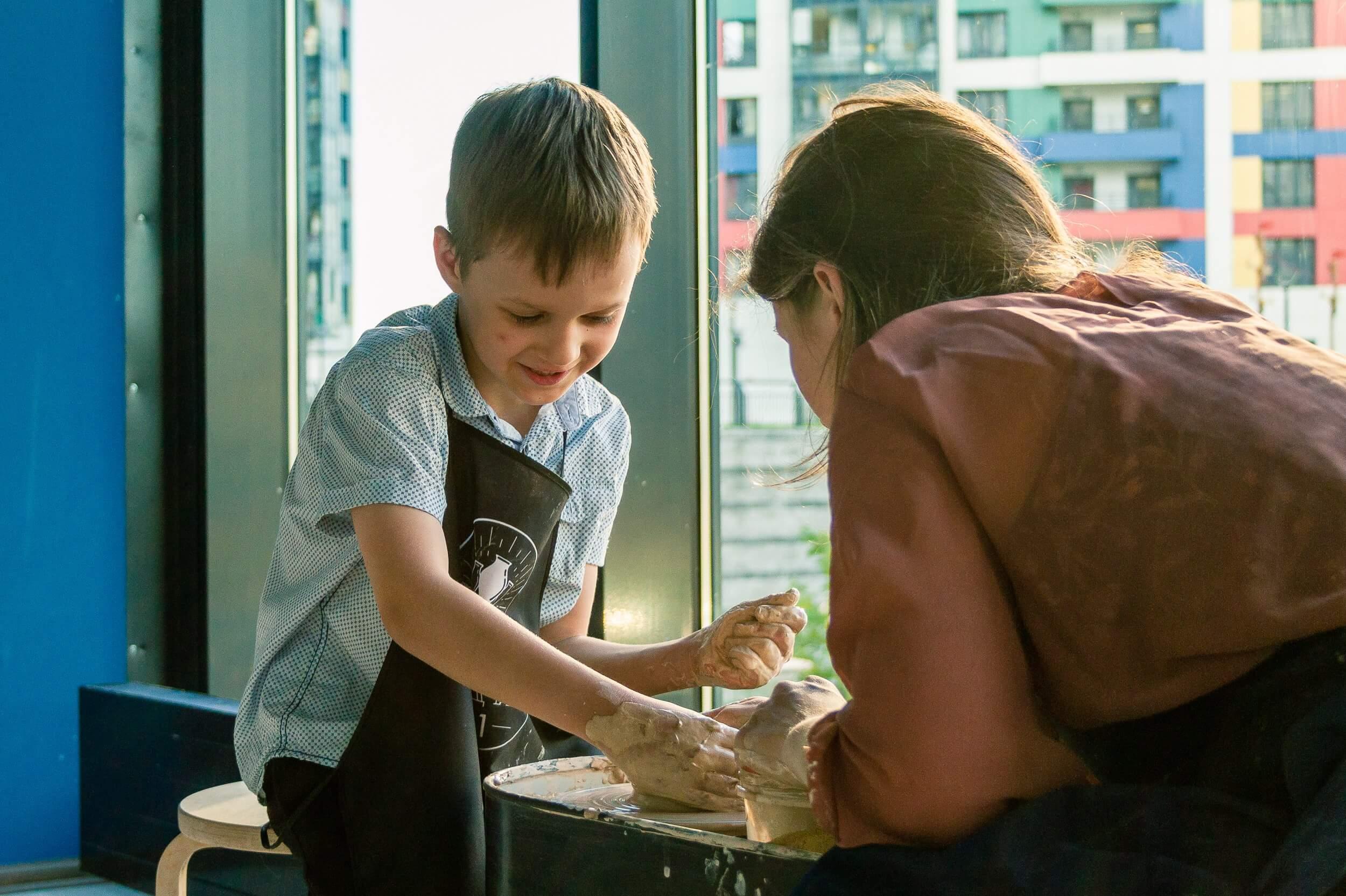 мальчик учится гончарить