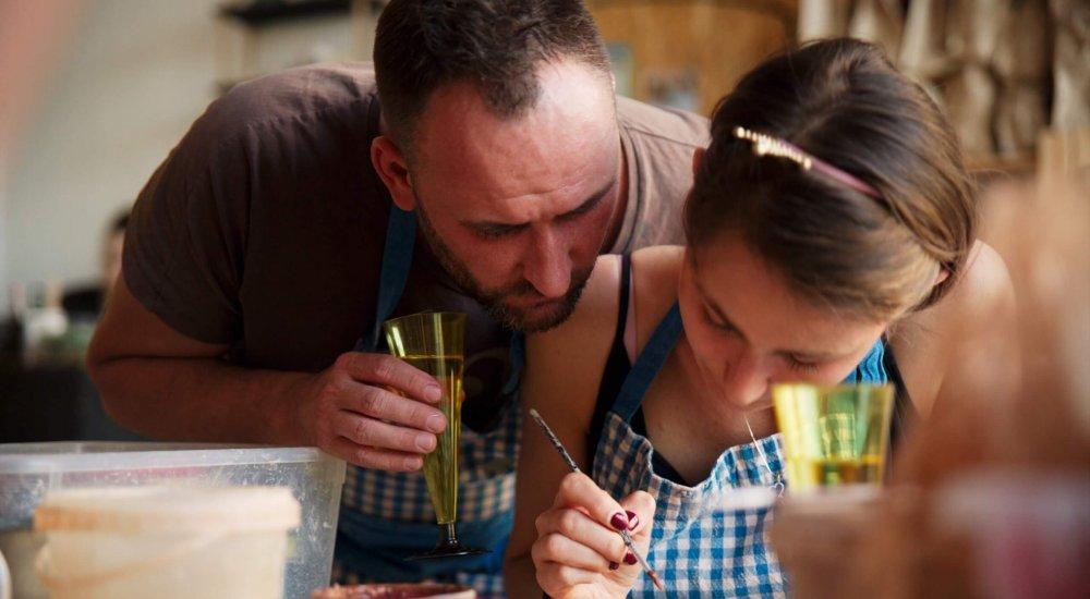 пара в гончарной студии